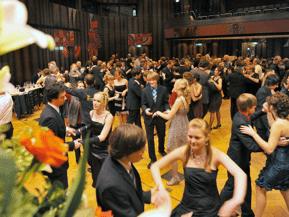 Ballatmosphäre und Tanz beim Abschlussball