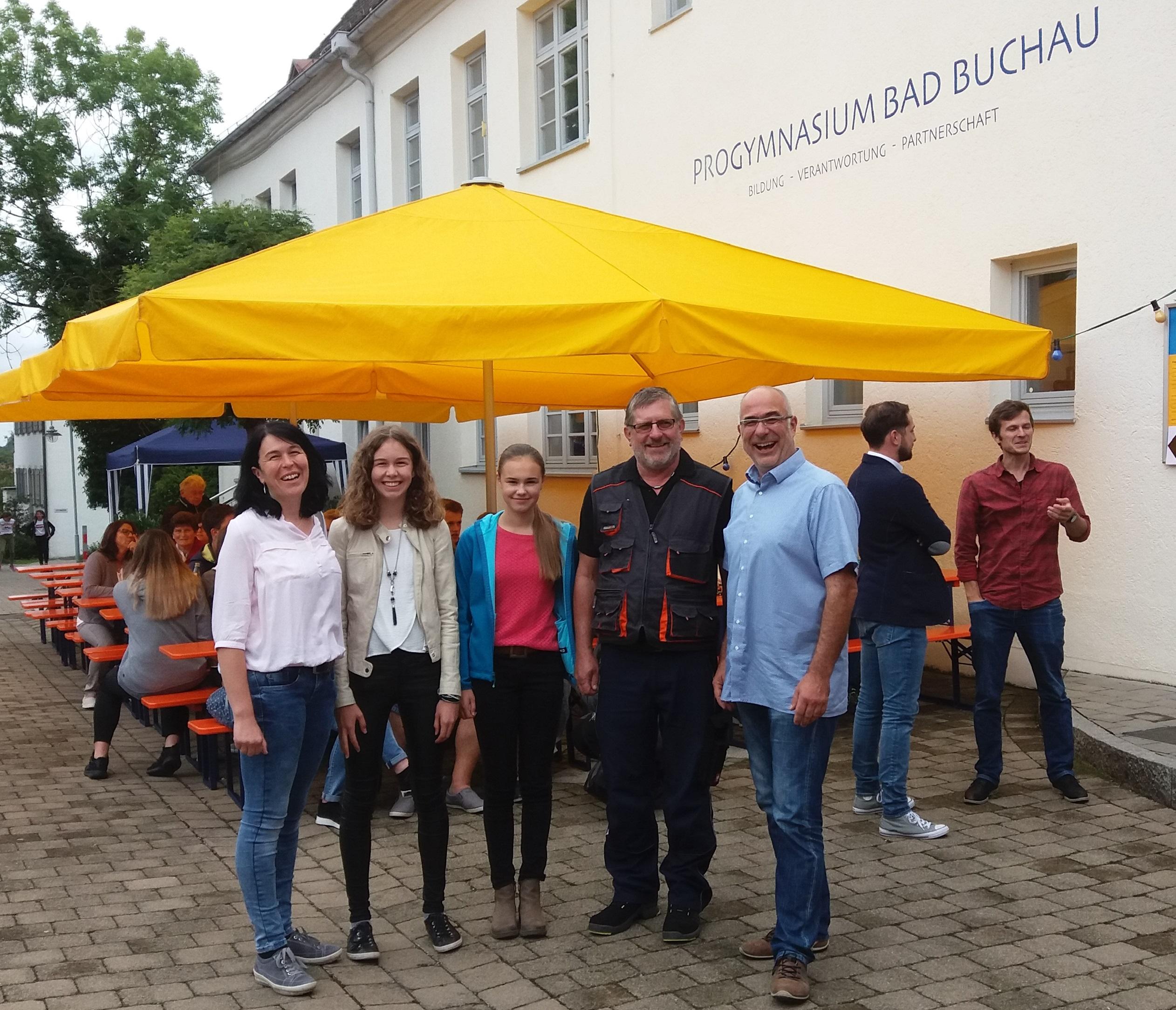 Moorochsen und Förderverein spenden Schirme für das Progymnasium