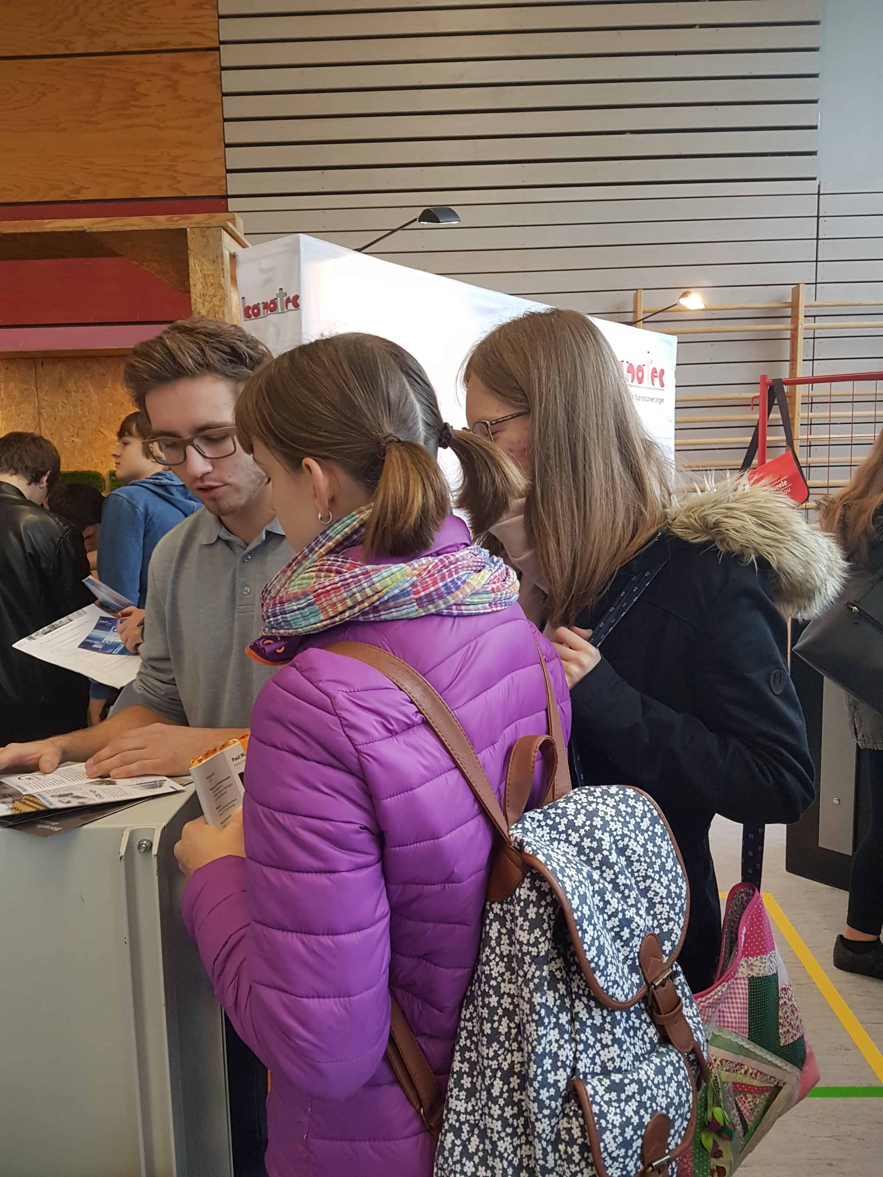 Neuntklässlerinnen besuchen die Ausbildungsmesse in Alleshausen